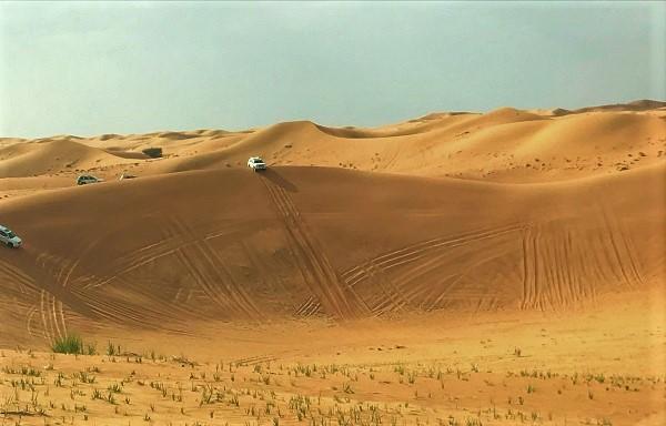 ドバイ「デザートサファリ」のドライブ風景