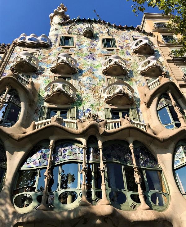 バルセロナのグラシア通りにある、「カサバトリョ」の外観風景