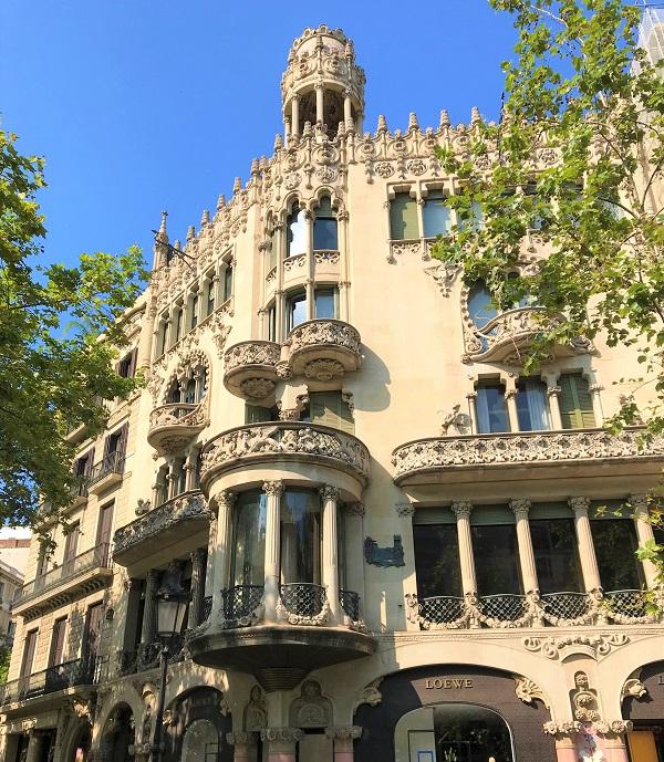 バルセロナのグラシア通りにある、「カサ リェオ モレラ」の外観風景