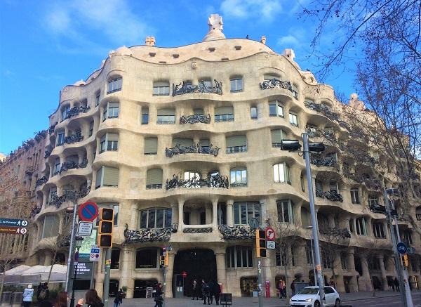 バルセロナのグラシア通りにある、「カサミラ」の外観風景