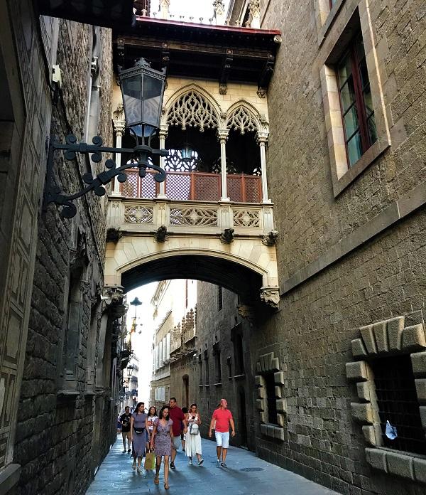 バルセロナ「ゴシック地区・旧市街」にある「ため息の橋」