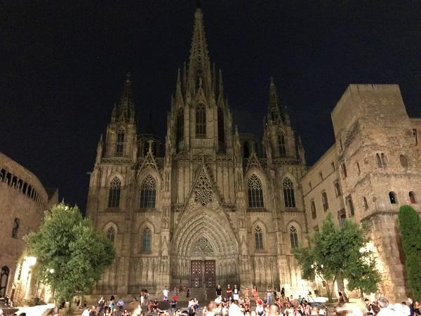 バルセロナ「ゴシック地区・旧市街」にある「サンタエウラリア大聖堂」の夜景