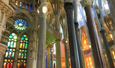 「サグラダファミリア」の美しいステンドグラス