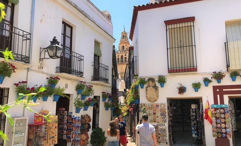 スペイン南部のコルドバにある「花の小道」の風景