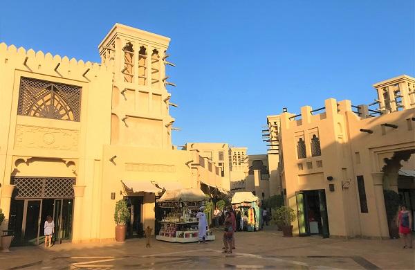 ドバイの「マディナジュメイラ」にあるスーク風景