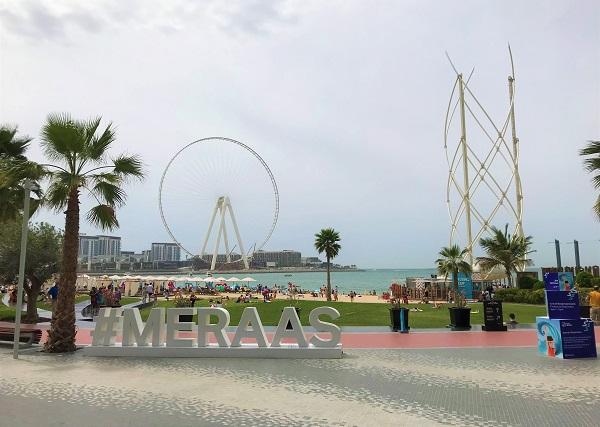 「ドバイ空港」からメトロでアクセスできる「ザビーチ」の風景