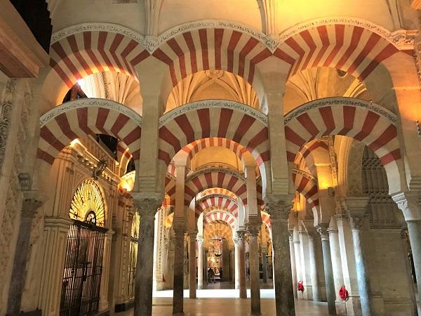 スペイン南部の「コルドバ」にある、「メスキータ」の内部風景