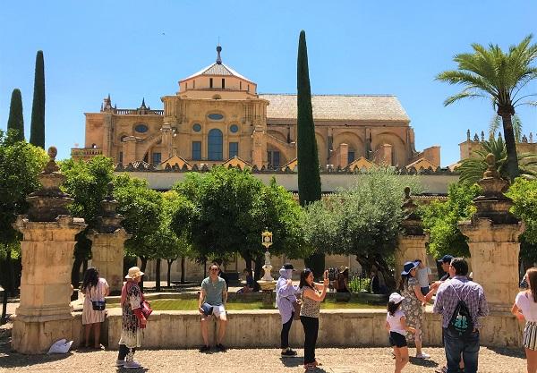 スペイン「メスキータ」にある、オレンジの中庭