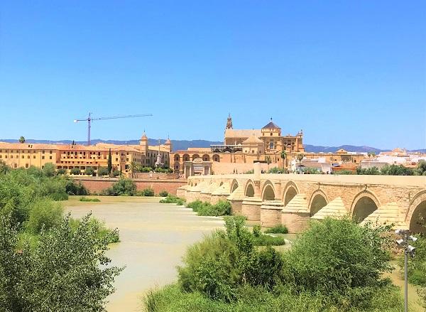 「メスキータ」と「カラオーラの塔」を結ぶ「ローマ橋」