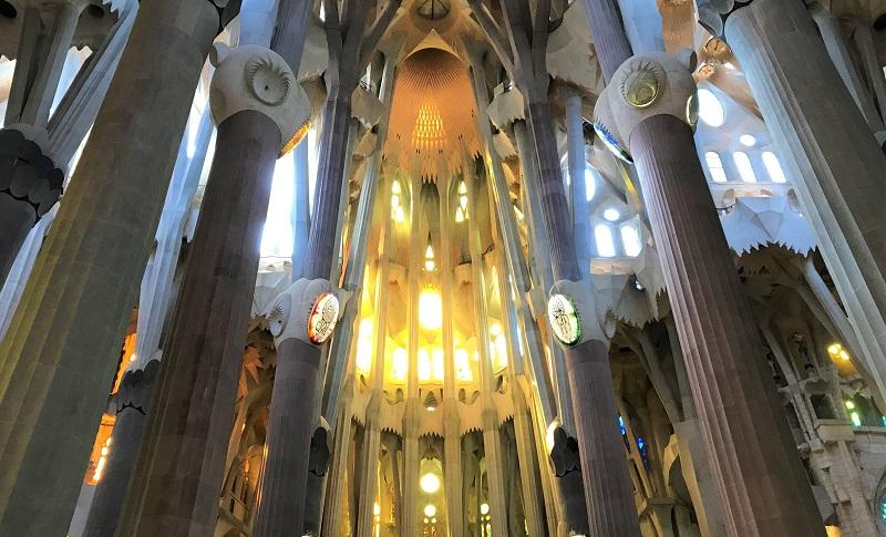 スペイン「バルセロナ」にある「サグラダファミリア」の内部風景
