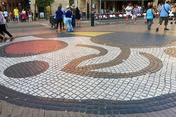 バルセロナのランブラス通りにある「ミロのモザイク床」