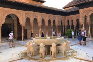 「アルハンブラ宮殿」にあるライオン宮「獅子のパティオ」
