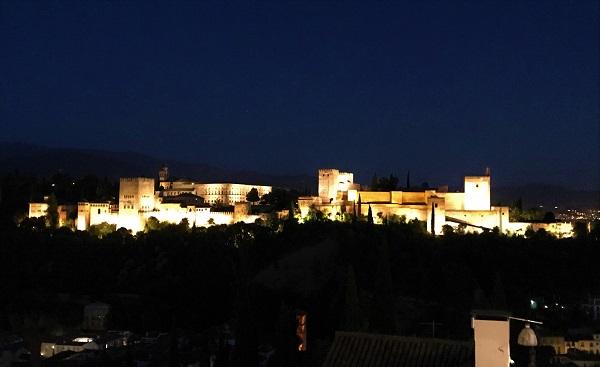 「グラナダ」のアルバイシン地区にある「サンニコラス広場」の夜景スポット