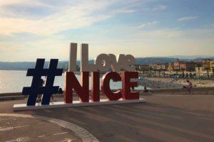 ニース海岸沿いにある「I Love Nice」のモニュメント