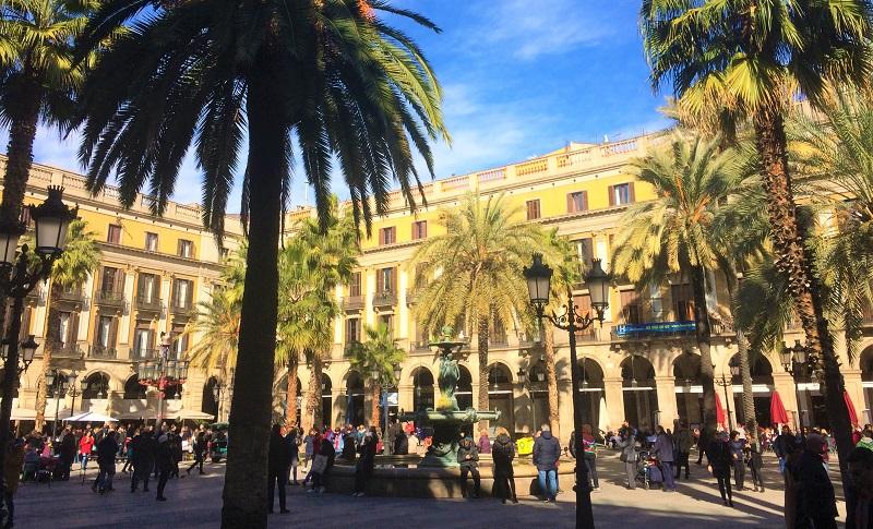 バルセロナにある「レイアール広場」の風景